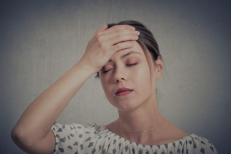 Femme qui a la migraine