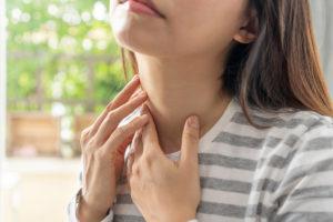 Rouge ou blanche : les symptômes de l'angine