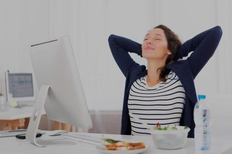 Femme heureuse et détendue